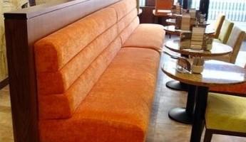 Какую выбрать обивку дивана для кафе - кожзам или ткань?>